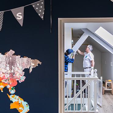 Schilders die bezig zijn met het schilderen van een kamer